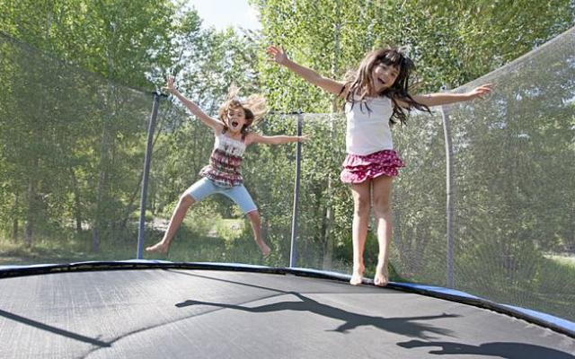 dziewczynki skaczą na trampolinie