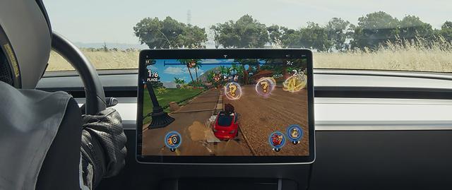 Tesla Arcade pozwoli zagrać kierownicą (źródło: Tesla)