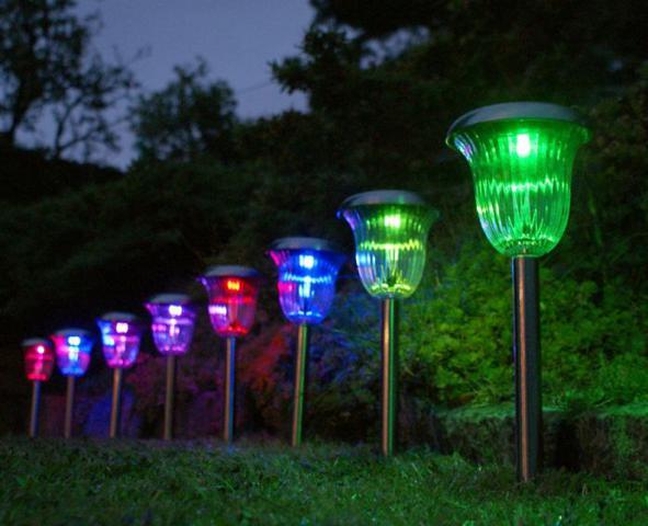 lampy solarne o różnym kolorze światła