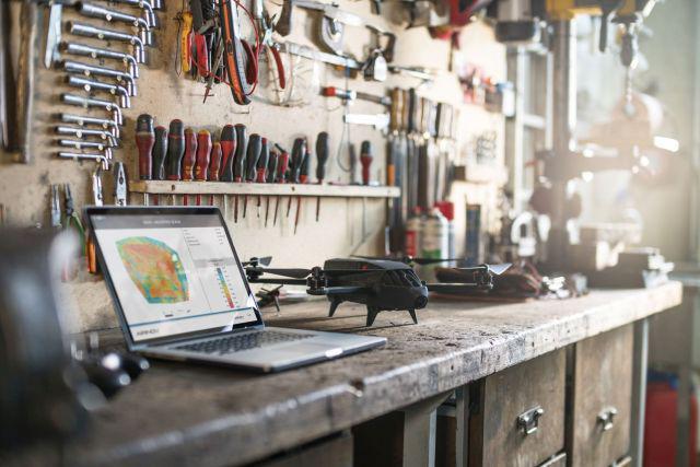Dron generuje raporty i statystyki.