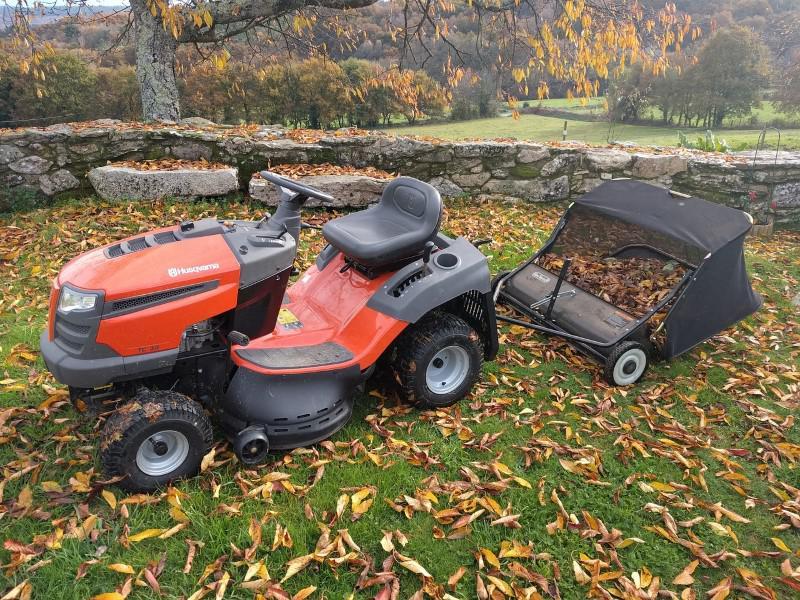 Traktorek jesienią przy zbieraniu liści