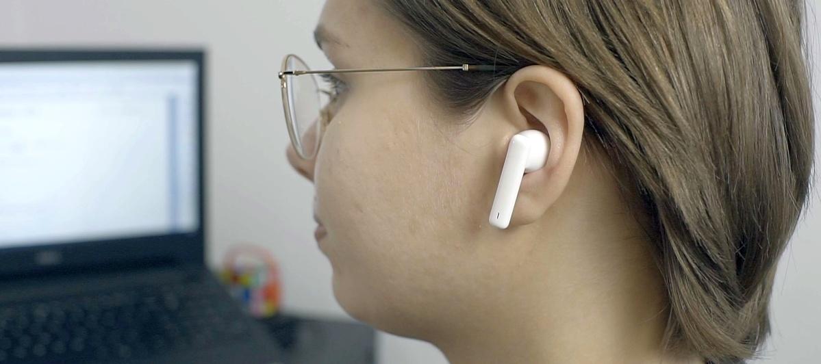 Słuchawki pewnie leżą w uchu