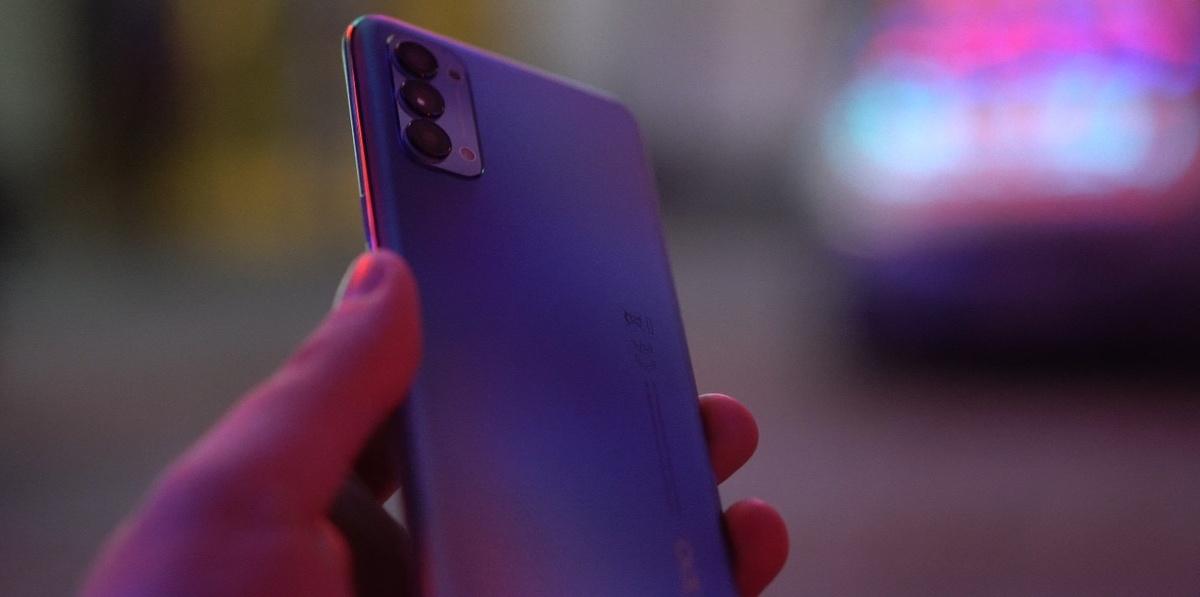 Oppo Reno4 to lekki smartfon o poręcznym kształcie