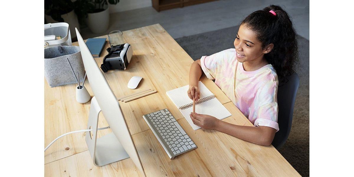 dziecko uczące się przy komputerze