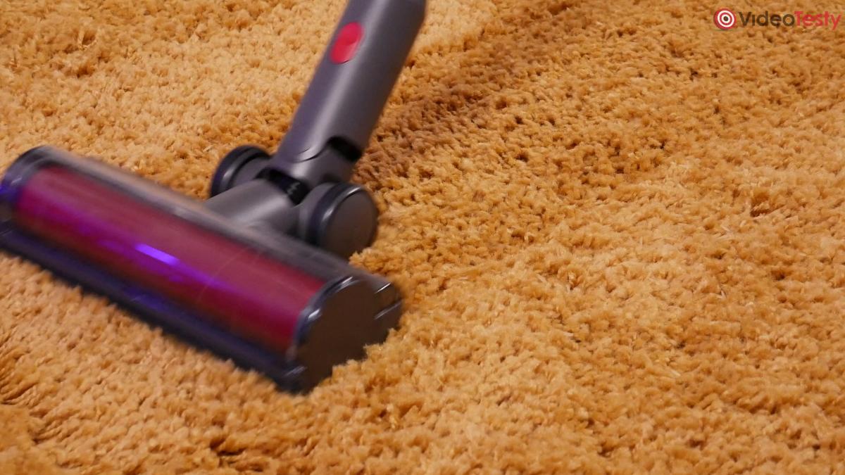 Roborock H7 zbierający ryż na dywanie