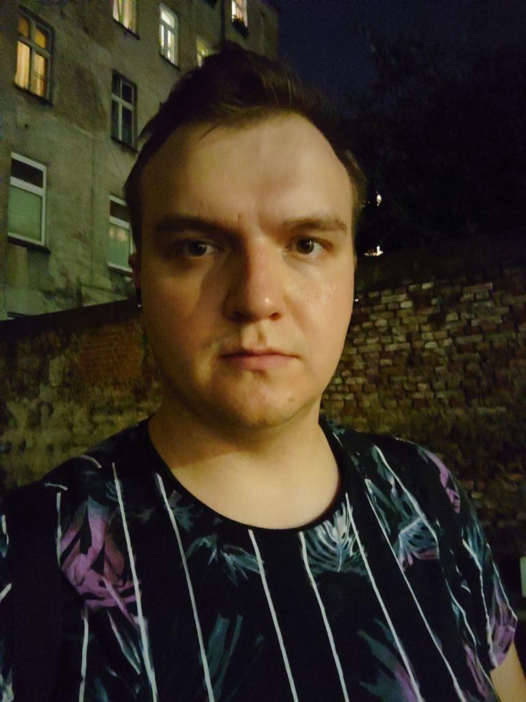 Selfie z Sony Xperii 1 III nocą