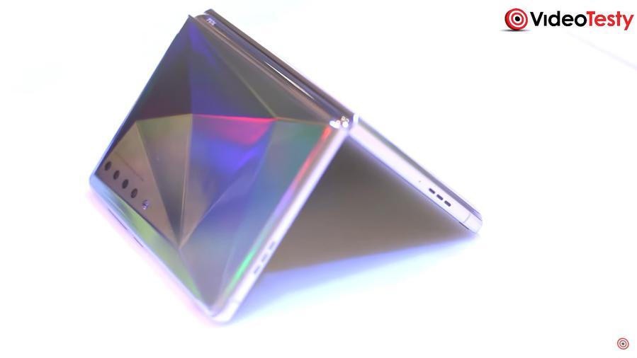 Wyginane urządzenie od TCL z holograficznym motywem