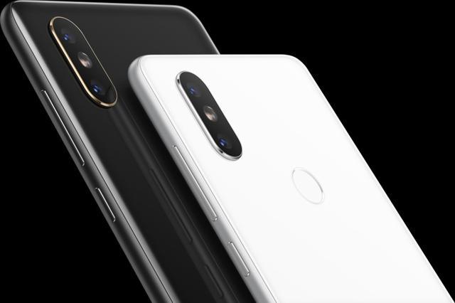 Telefon bardzo przypomina konkurenta od Apple - przynajmniej z tyłu.