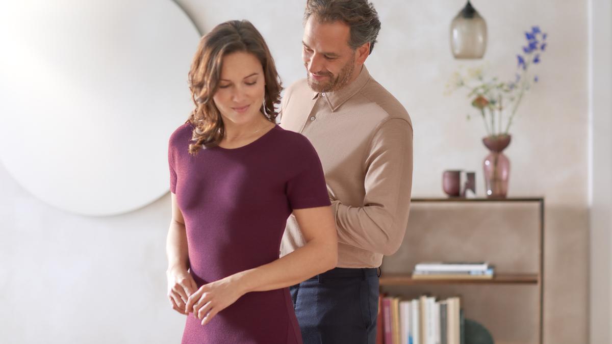 kobieta w wyprasowanej sukience i meżczyzna w koszuli