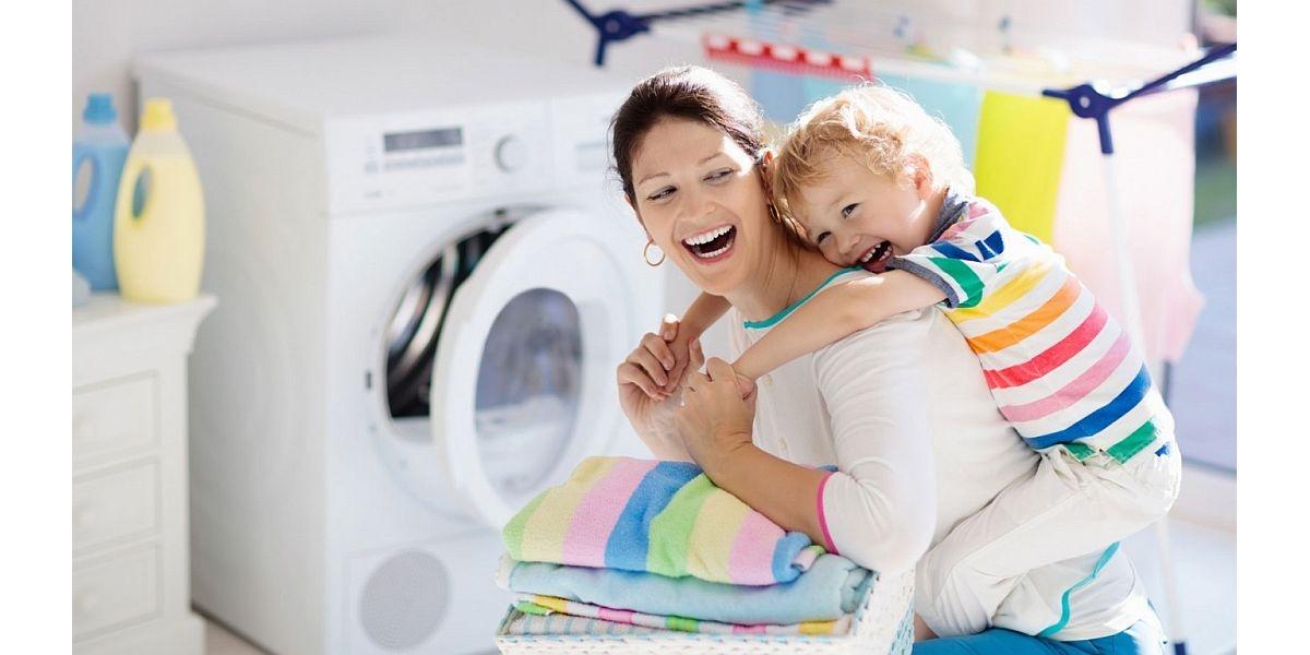 biała pralka i mama z dzieckiem