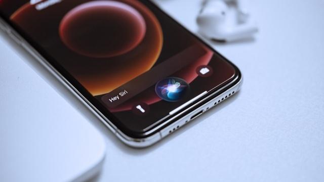 Siri nasłuchuje bez wiedzy i zgody użytkowników? (Fot. Omit Armin)