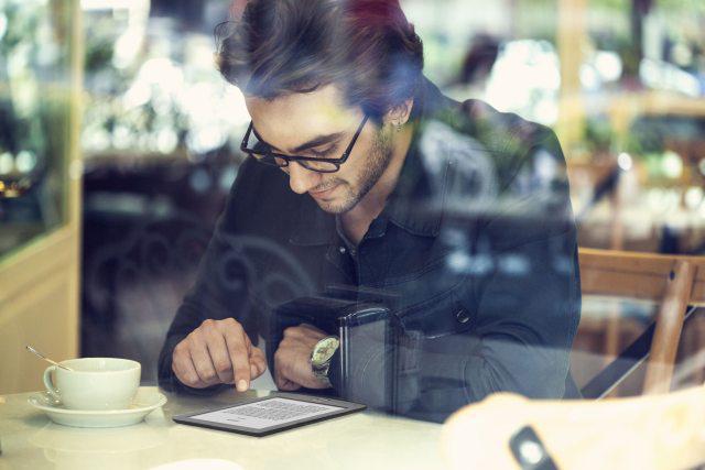 inkbook czytanie e-booka przy kawie
