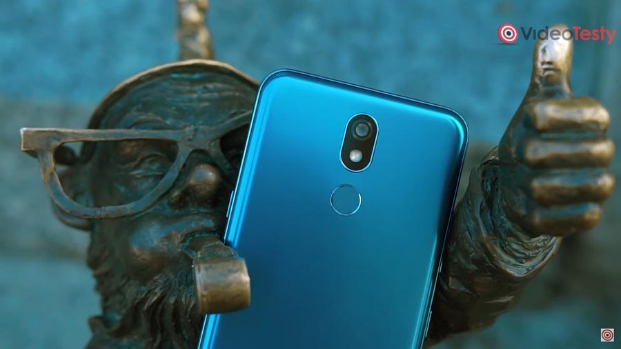 LG K40 posiada obudowę w wyróżniającym się kolorze