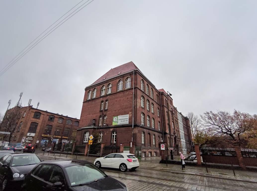 Asus ROG Phone II budynek szkoły w trybie zaawansowany HDR