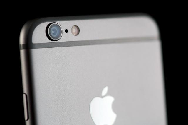 Apple umieści w iPhonie 7 podwójny aparat i porzuci wystający obiektyw?