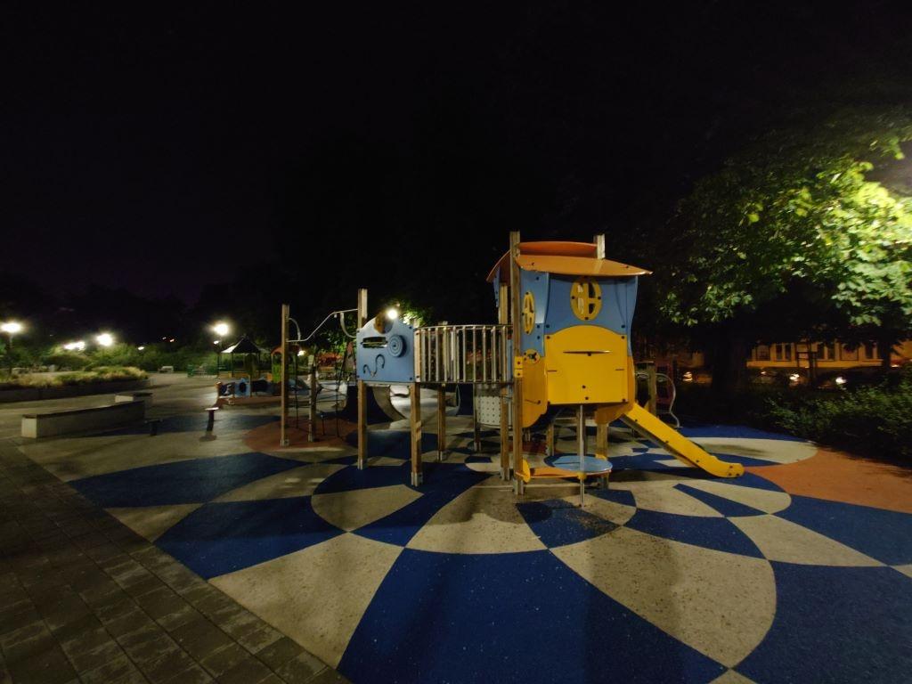 Xperia 1 III nocą w dość rzeczywisty sposób reprodukuje barwy
