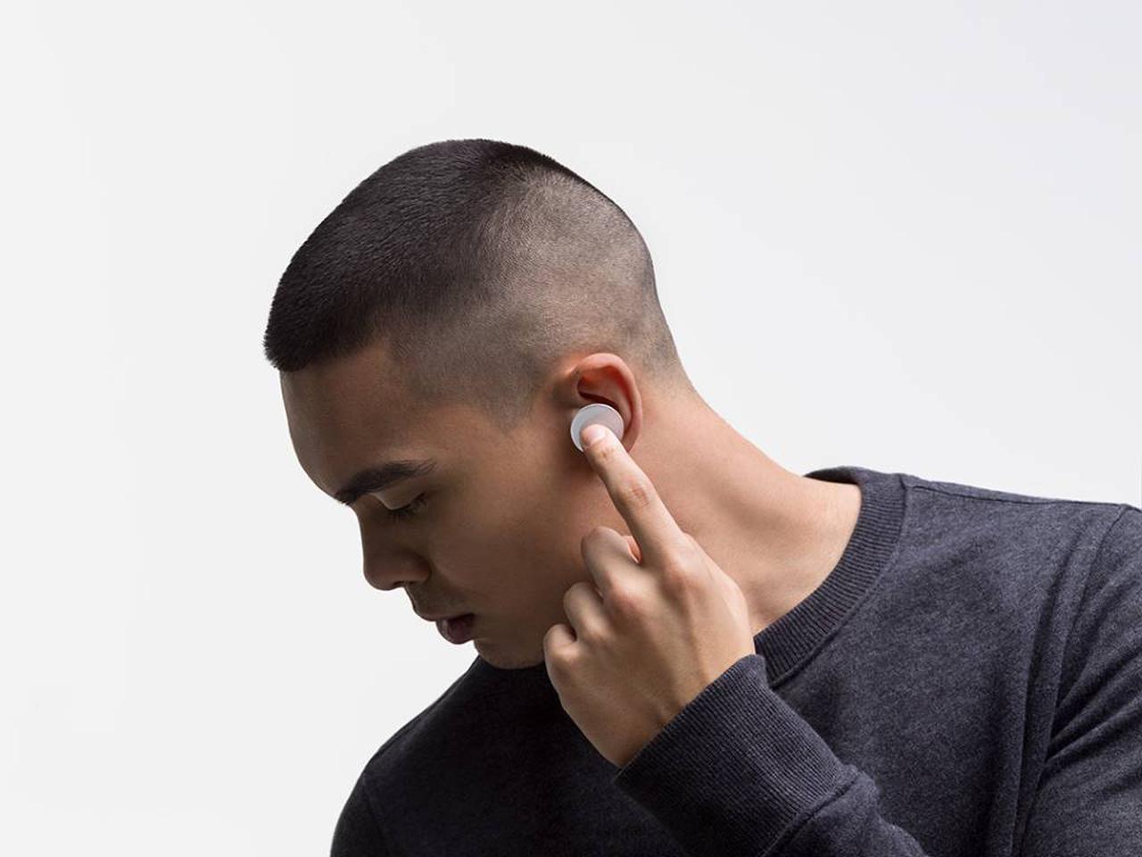 Surface Earbuds wyróżniają się ogromnym jak na słuchawki dotykowym panelem