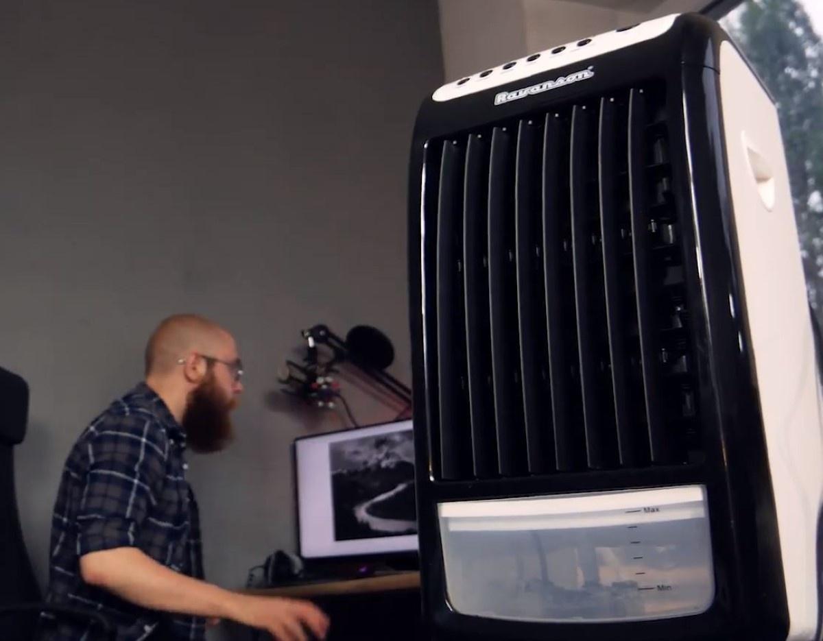 Klimatyzer w pomieszczeniu z mężczyzną obok