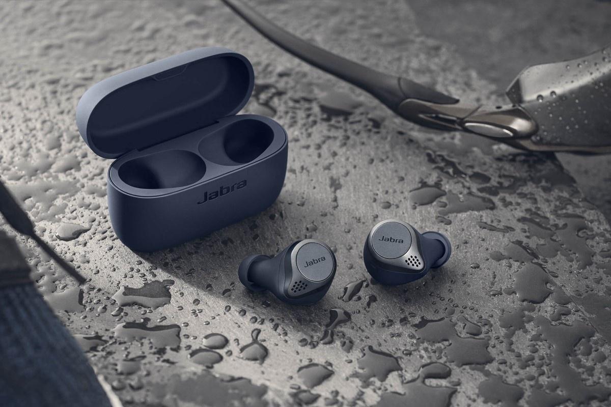 Niebieskie słuchawki sportowe Jabra Elite 75t