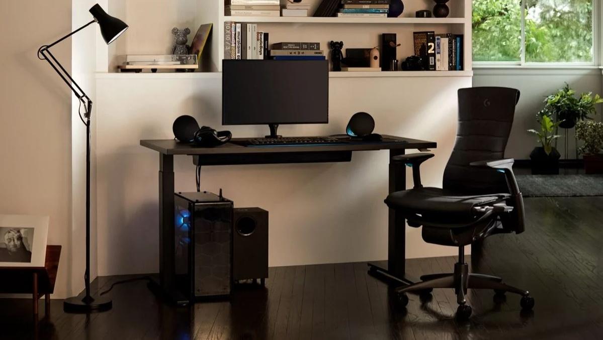 Krzesło firmy Logitech prezentuje się od frontu niezwykle niepozornie