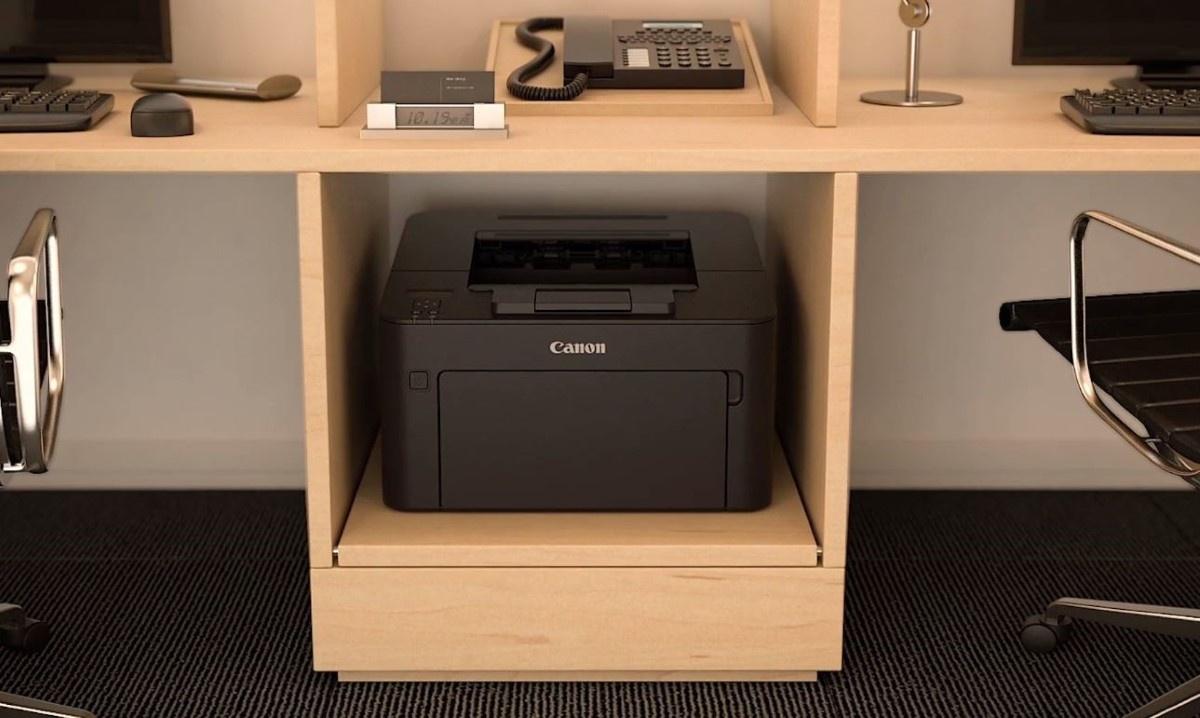 Canon i-SENSYS LBP162dw drukarka pod biurkiem