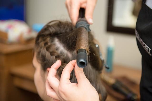 kręcenie włosów za pomocą lokówki