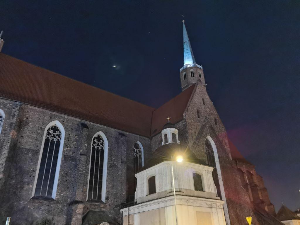 Zdjęcie w trybie nocnym - na bokach kadru widać różny poziom detali