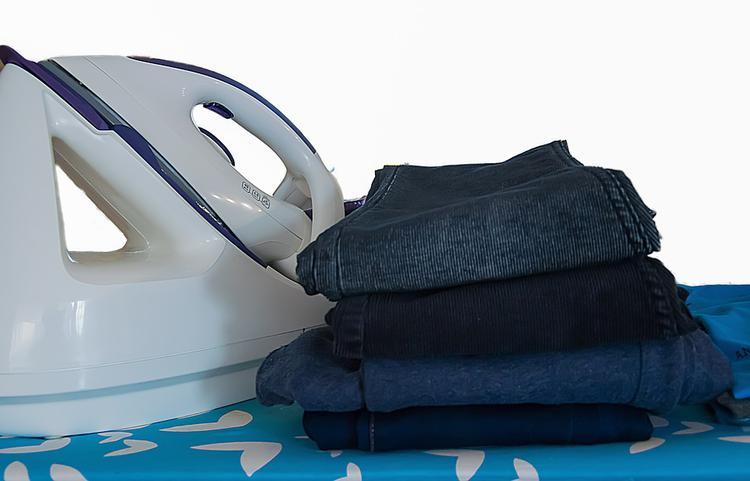 wyprasowane żelazkiem i złożone spodnie