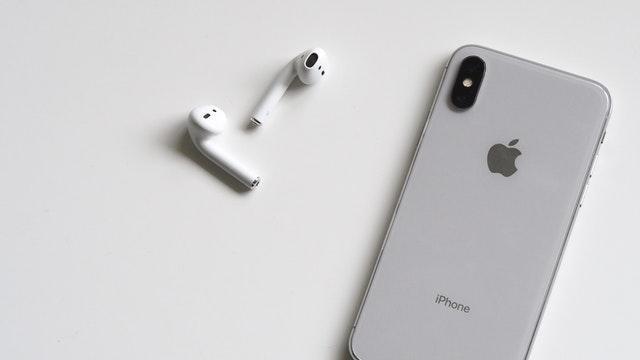 To AirPodsy generują dla Apple lepsze zyski aniżeli iPhone'y (Zdj: Plush Design)