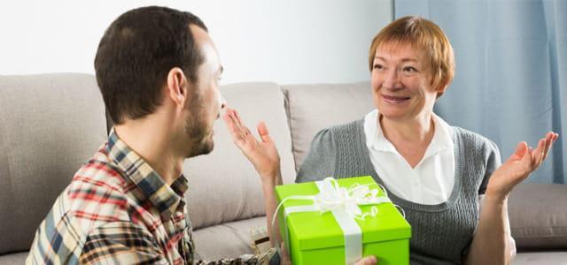 syn wręczający prezent swojej mamie