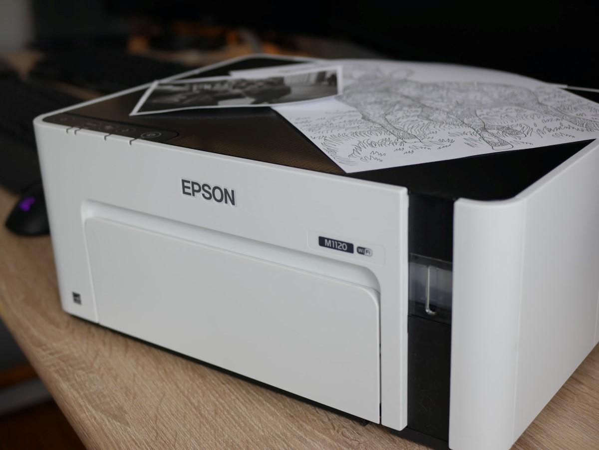 Drukarka Epsona stojąca na biurku
