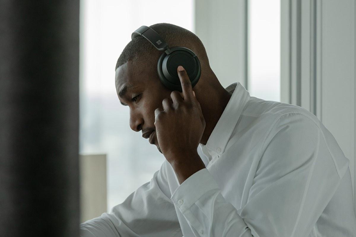 Słuchawki Surface Headphones 2 na mężczyźnie