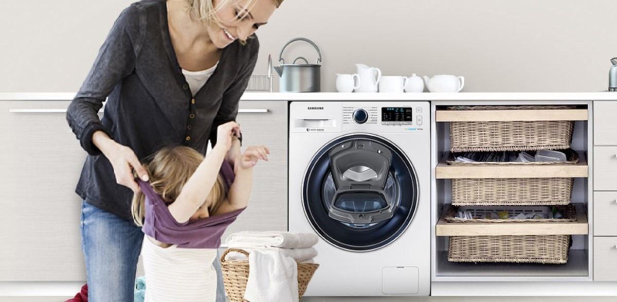 Rodzina się przebiera przy pralce AddWash Samsunga