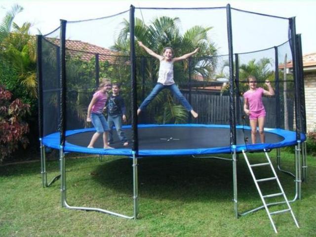 dzieci w trampolinie z siatką