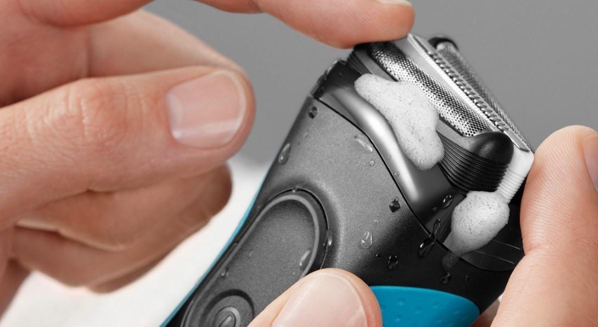 Braun Series 3 3040 Wet&Dry w męskich rękach