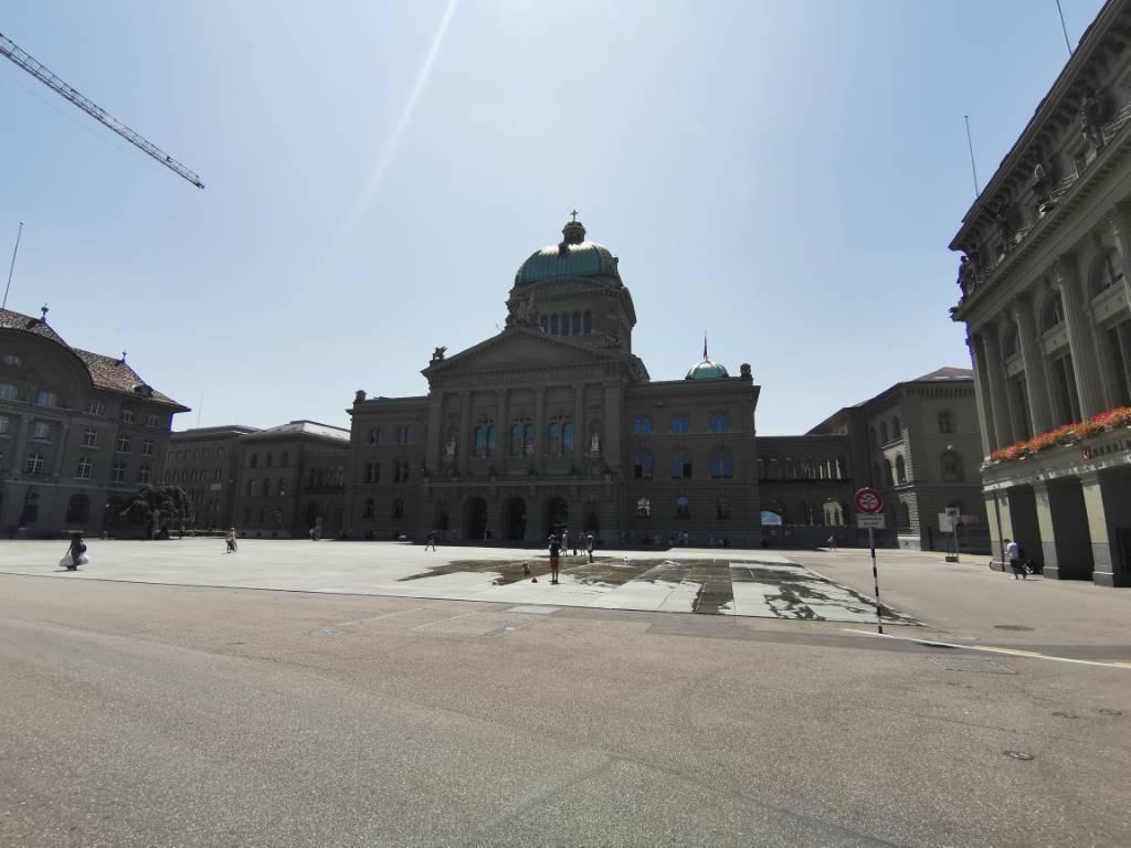 Parlament, obiektyw szerokokątny, tryb auto - f/2.2, ISO 50, 1/1779s