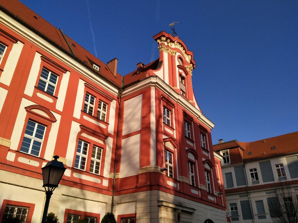 Budynek w słoneczny dzień