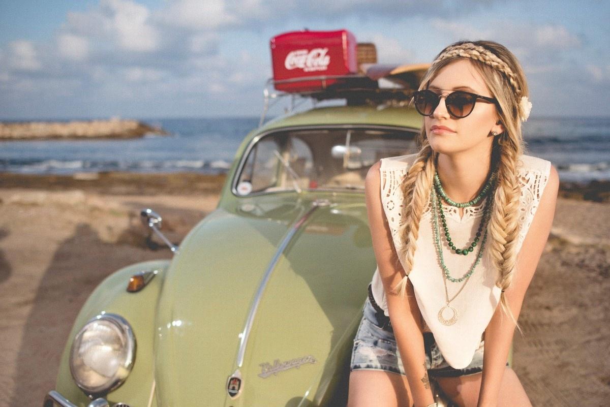 Kobieta na samochodzie na plaży