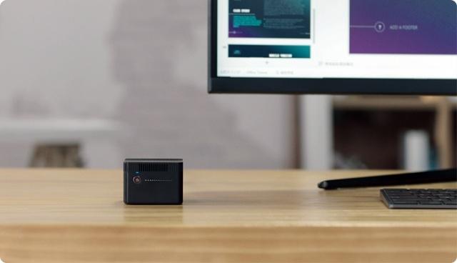 CHUWI LarkBox na biurku nie zajmie wiele miejsca
