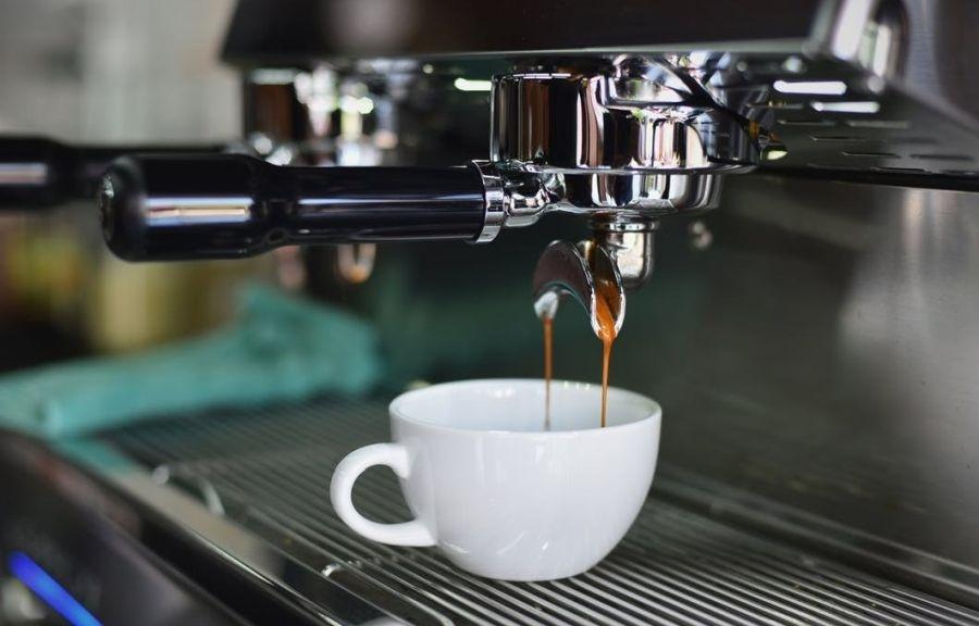 nalewanie kawy z ekspresu kolbowego