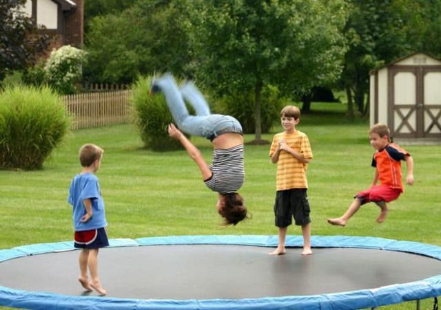 akrobacje na trampolinie ogrodowej
