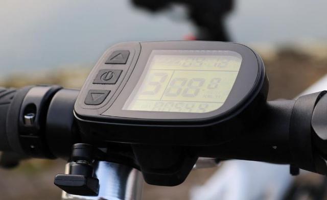 Ekran LCD w obu rowerach.