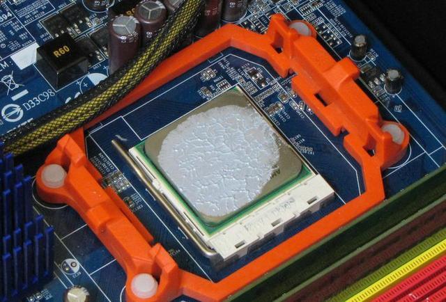 rozprowadzanie pasty termoprzewodzącej fot2