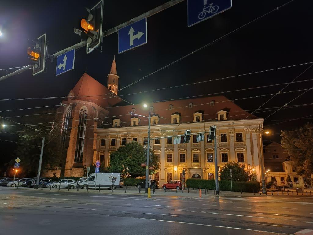 Zdjęcie nocne z mocnymi punktami świetlnymi
