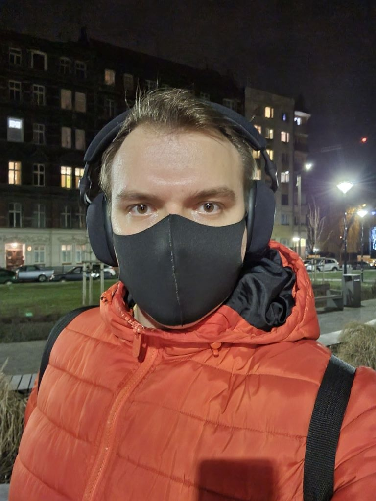 Selfie w tradycyjnym kadrze nocą