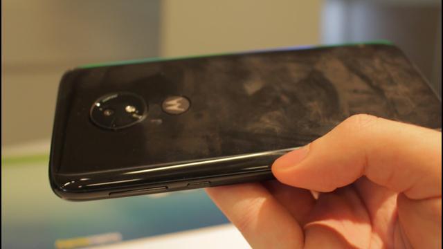 Moto G7 Power brudzi się jak każdy telefon