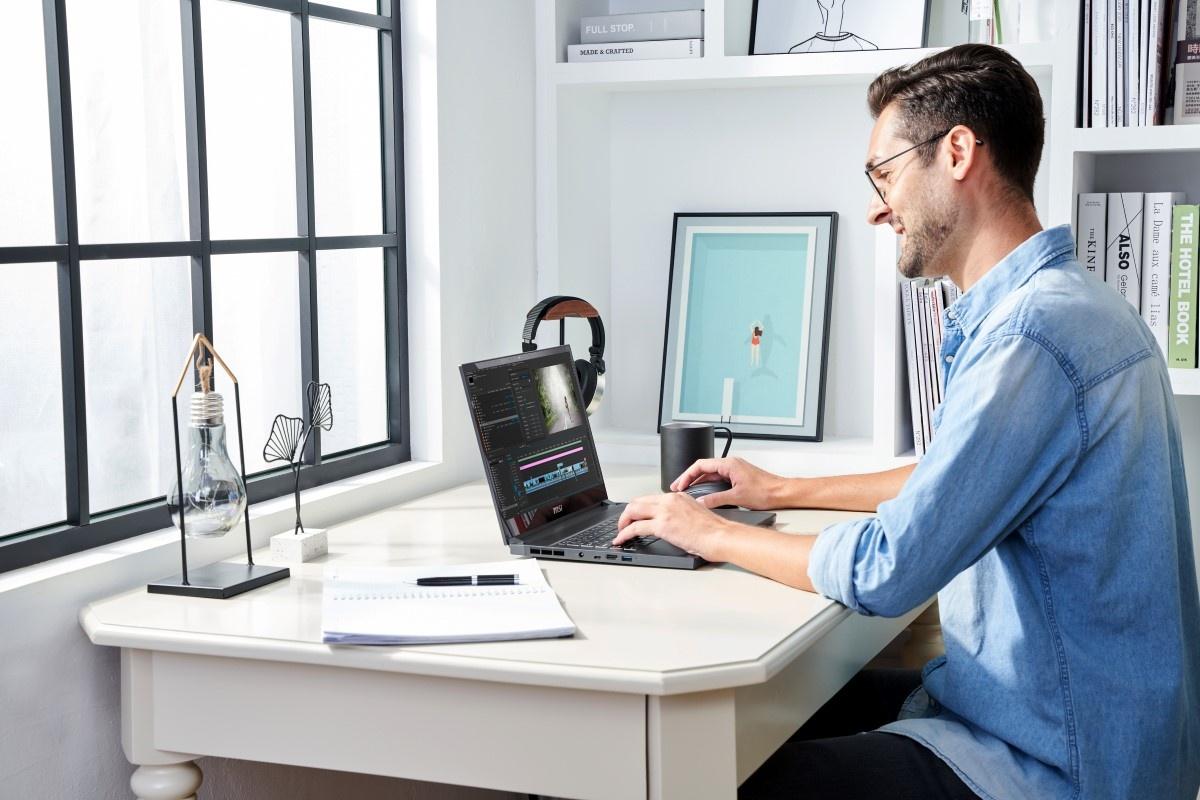 Korzystanie z MSI Creator 15 przy biurku