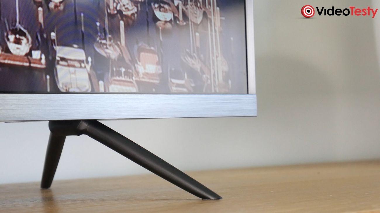 Test Xiaomi Mi TV 4S 43 cale - boczne nóżki, które są podstawą telewizora