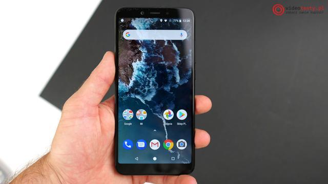 Xiaomi Mi A2 w dłoni