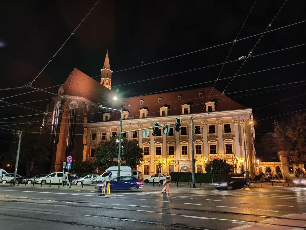 Budynek IFP - zdjęcie w trybie nocnym